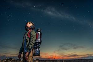 星空を見上げる少年
