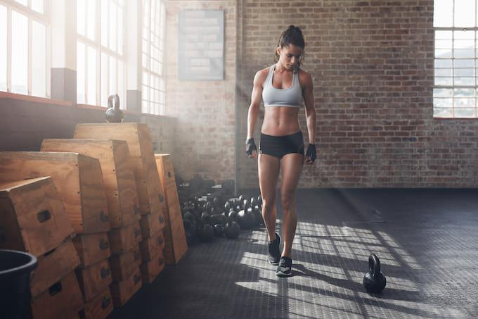 トレーニングを積んでいる女性